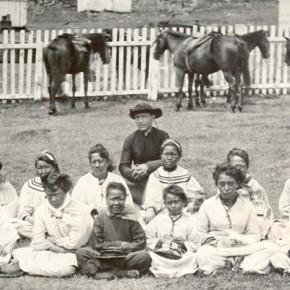 Pater Damiaan en weesmeisjes, Molokaï